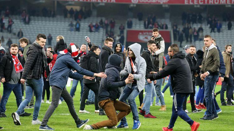 Des supporters lillois mécontents envahissent la pelouse du stade Pierre-Mauroy, à Villeneuve-d'Ascq, après le match Lille-Montpellier, le 10 mars 2018. (MAXPPP)