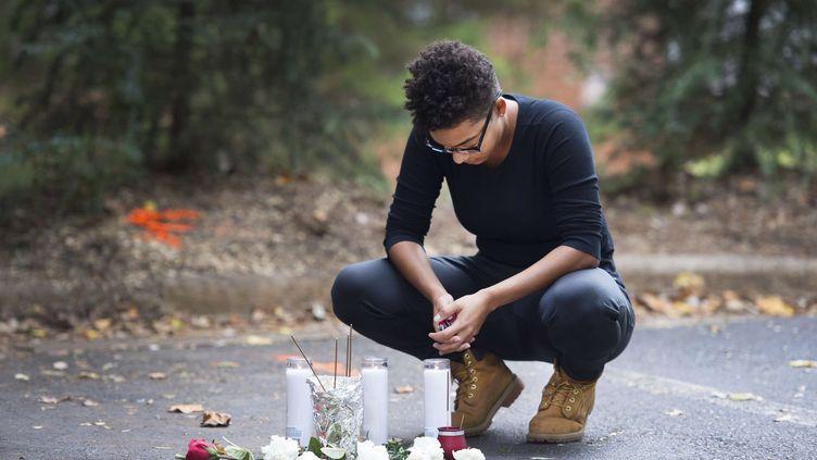 L'endroit où a été tuéKeith Lamont Scott est devenu un lieu de recueillement, où des habitants de Charlotte (Caroline du Nord, Etats-Unis) viennent déposer des fleurs et des bougies. (SIPANY/SIPA / SIPA USA)
