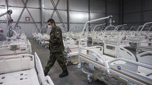 Un militaire dansl'hôpital de campagne mis en place à Prague en République tchèque, alors que le pays est fortement touché par l'épidémie de Covid-19, le 22 octobre 2020. (MICHAL CIZEK / AFP)