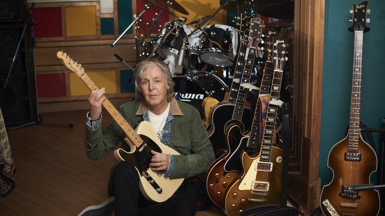 """Paul McCartney avec ses guitares dans son studio personnel, en 2020, durant l'enregistrement de l'album """"McCartney III"""". (MARY MCCARTNEY)"""