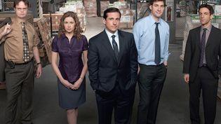 """Steve Carrell (au centre) et John Krasinski (deuxième à droite), les deux stars de la série """"The Office"""". (NBC)"""