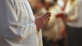 Un religieux en train de prier. (Illustration). (JEAN-MARC LOOS / MAXPPP)