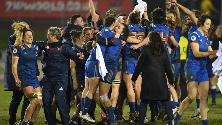 Les Françaises se congratulent au coup de sifflet finale àColwyn Bay (Royaume-uni), le 16 mars. (PAUL ELLIS / AFP)