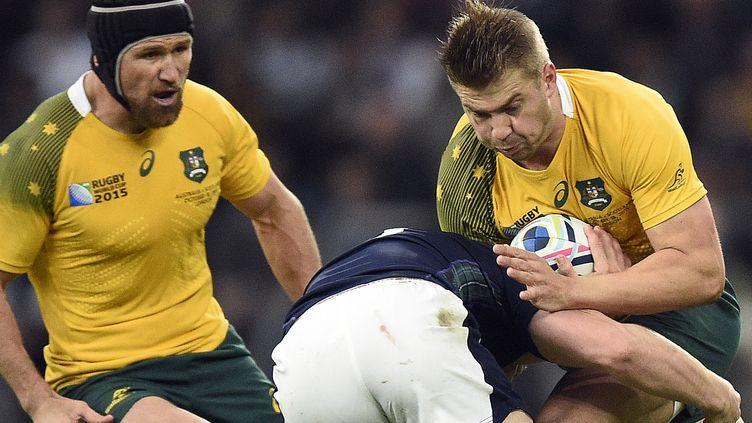 L'AustralienDrew Mitchell (à droite) est bloqué, sous les yeux de son compatriote Matt Giteau (à gauche),par l'EcossaisMark Bennett (au centre), lors du quart de finale de la coupe du monde de rugby, à Twickenham, le 18 octobre 2015. (MARTIN BUREAU / AFP)