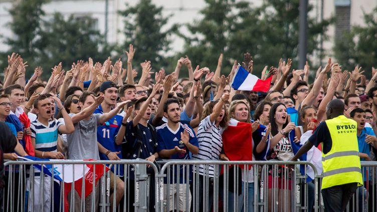 Des milliers de supporters tricolores massés à Lyon (Rhône) pour suivrele quart de finale de la Coupe du monde entre la France et l'Allemagne, le 4 juillet 2014. (NICOLAS LIPONNE / CITIZENSIDE / AFP)