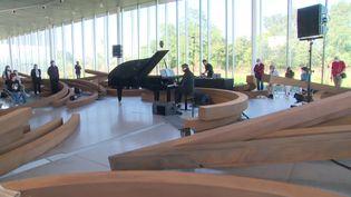 Bertrand Chamayou au piano dans le Pavillon de verre du Louvre-Lens. (CAPTURE D'ÉCRAN FRANCE 3 / F. GARREAU)