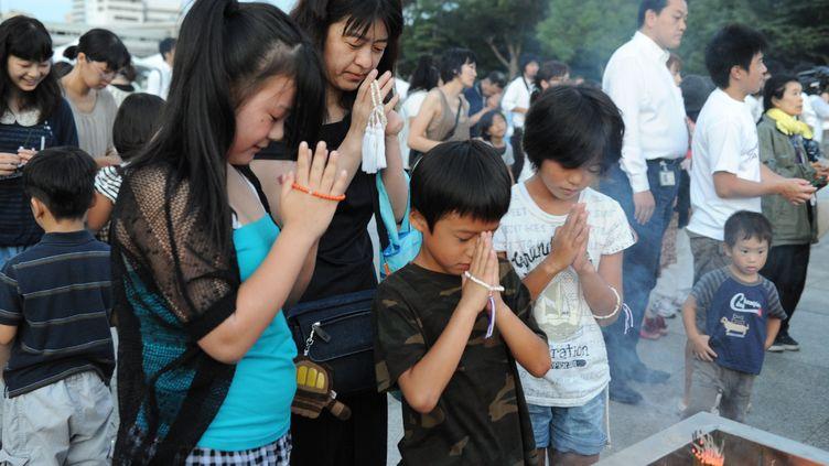 Recueillement à Hiroshima (Japon), le 6 août 2012, pour le 67e anniversaire du bombardement atomique. (KAZUHIRO NOGI / AFP)