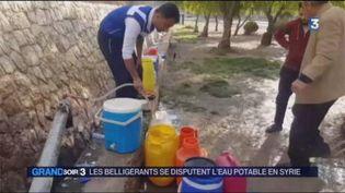 Des Syriens en train de s'approvisonner en eau à Damas (FRANCE 3)
