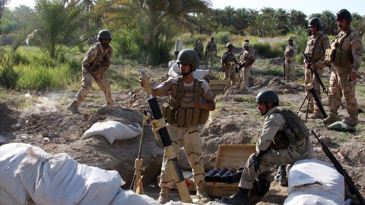 Des soldats irakiens tentent d'endiguer l'avancée des jihadistes, à proximité du village deJurf Al-Sakhr, à 45 kilomètres de Bagdad, le 6 août 2014. ( AFP )