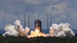 Dans le cadre de la mission Tianwen-1 vers Mars, une fusée Longue Marche-5 décolle du centre de lancement spatial de Wenchang dans la province de Hainan, Chine, le 23 juillet 2020. (NOEL CELIS / AFP)