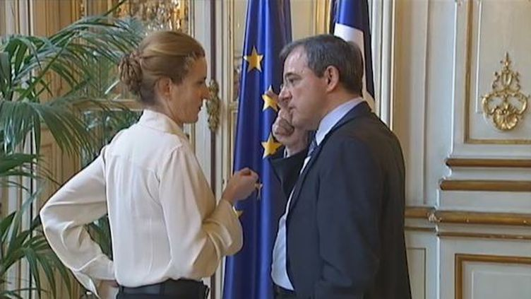 La ministre de l'Ecologie et des Transports Nathalie Kosciusko-Morizet discute avec son ministre des Transports Thierry Mariani, le 2 janvier 2011. (FRANCE 2)