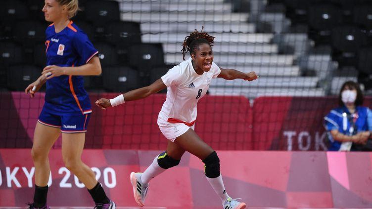 La joie de la FrançaiseCoralie Lassource, buteuse face aux Pays-Bas, en quarts de finale des Jeux olympiques, le 4 août 2021. (FRANCK FIFE / AFP)