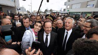Le président de la République, François Hollande, déambule dans le quartier des Grésilles, àDijon (Côte-d'Or), le 11 mars 2013. (PHILIPPE WOJAZER / AFP)