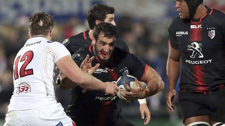 Le joueur de Toulouse Yoann Maestri essaie d'avancer... (PAUL FAITH / AFP)