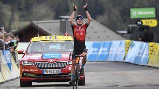 L'Ukrainien Mark Padun lève les bras sur la ligne d'arrivée de la 7e étape du Criterium du Dauphiné à la Plagne, le 5 juin 2021. (ALAIN JOCARD / AFP)