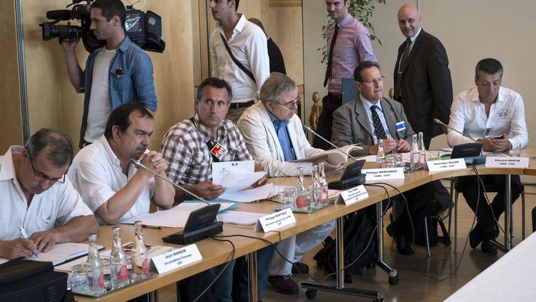 Philippe Martinez (deuxième à table en partant de la gauche) membre d'une délégation d'ArcelorMittal au ministère de l'Economie, à Paris, le 27 juillet 2012. (JEAN-PHILIPPE KSIAZEK / AFP)