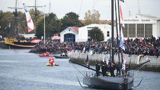 Le skipper anglais Alex Thompson remonte le chenal du port des Sables d'Olonne sous les yeux du public avant le départ du Vendée Globe le 6 novembre 2016. (JEAN-SEBASTIEN EVRARD / AFP)