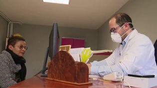Le gouvernement, qui tente toujours d'enrayer la propagation du nouveau coronavirus, compte sur les médecins généralistes pour prendre en charge les cas les moins graves. (France 2)