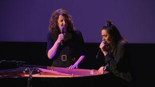 Valérie Lemercier avec Victoria Sio qui double la voix des chansons de Céline Dion dans le dernier film de la comédienne française (C.Guinot / France Télévisions)