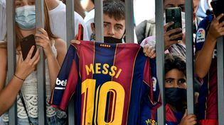 Les supporters barcelonais, tristes, aux abords du Camp Nou le 8 août 2021. (PAU BARRENA / AFP)