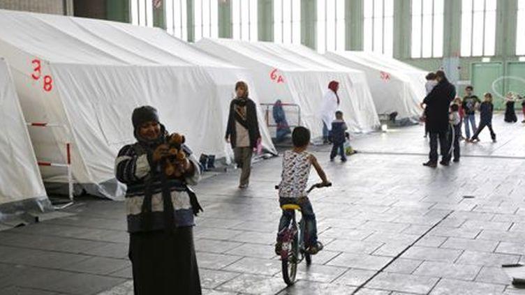Migrants dans un hangar de l'ancien aéroport de Tempelhof à Berlin le 9 décembre 2015 (Reuters - Fabrizio Bensch)