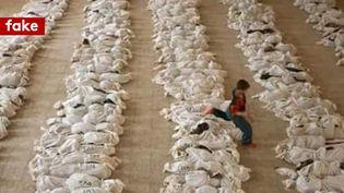 Un enfant joue au milieu de rangées de cadavres. L'image est censée illustrer le drame de la Ghouta orientale, mais a été prise en Irak en mai 2003. (CAPTURE ECRAN / TWITTER)