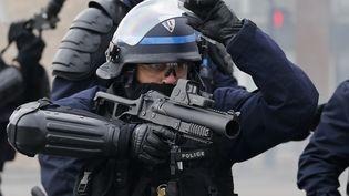 Un policier armé d'un LBD 40 encadre une manifestation contre la loi Travail, le 24 mars 2016, à Nantes (Loire-Atlantique). (STEPHANE MAHE / REUTERS)