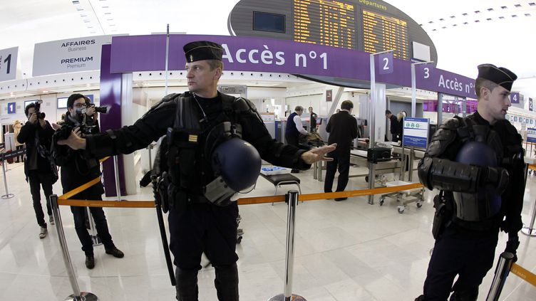 Les forces de l'ordre sont déployées dans l'aéroport de Roissy (Val-d'Oise), le 21 décembre 2011. (FRANCOIS GUILLOT /AFP PHOTO)