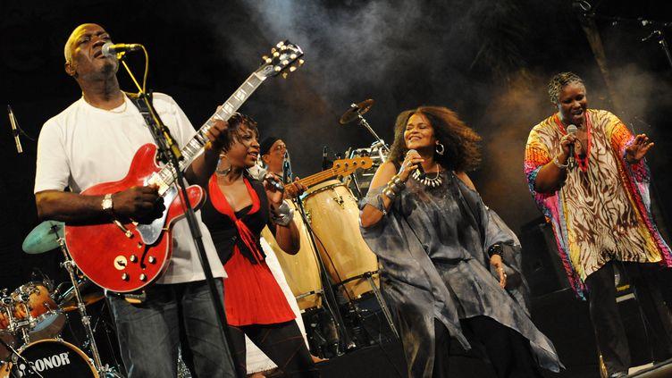 Jacob Desvarieux, à gauche, et Jocelyne Béroard (au centre, en gris) du groupe Kassav lors d'un concert le 1er mai 2009 à Abidjan, en Côte d'Ivoire. (KAMBOU SIA / AFP)