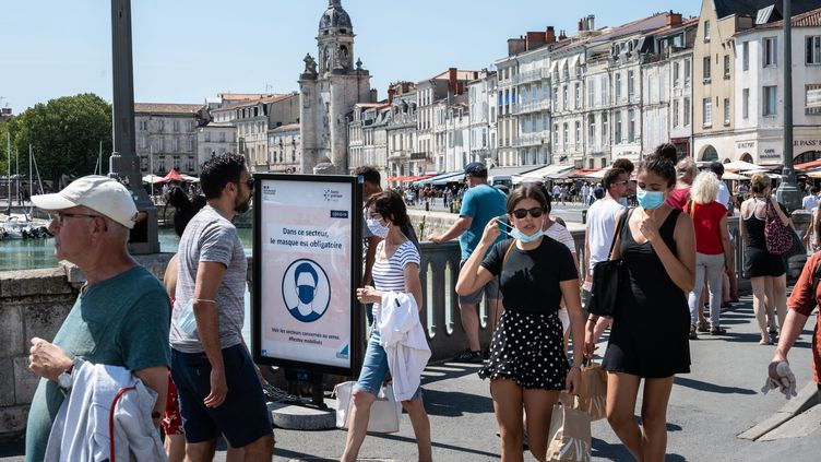 Des passants portent le masque dans le centre-ville de La Rochelle (Charente-Maritime), le 22 juillet 2020. (XAVIER LEOTY / MAXPPP)