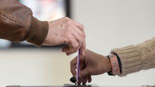 Les communes refusent de prendre à leur charge le rapatriement des urnes jusqu'à la préfecture. (illustration) (SEBASTIEN BOZON / AFP)