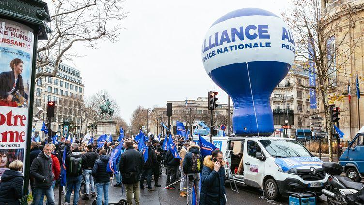 Des policiers manifestent contre la réforme des retraites, le 11 décembre 2019 à Paris devant le Conseil économique et social. (MATHIEU MENARD / HANS LUCAS / AFP)