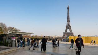 Des passants place du Trocadéro, le 8 mars 2021 à Paris. (SANDRINE MARTY / HANS LUCAS / AFP)