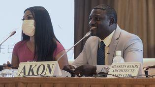 Le rappeur Akon en conférence de presse à Dakar le 31 aoùt 2020 (SEYLLOU / AFP)