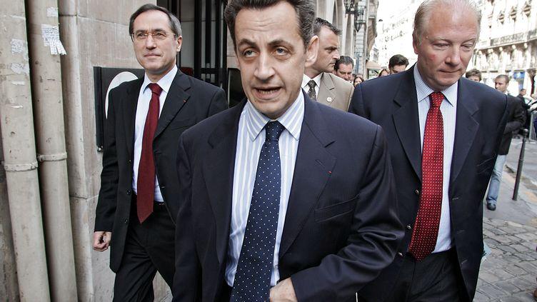 Le 3 juin 2005, Nicolas Sarkozy, alors ministre de l'Intérieur, marche dans Paris au côté de ses futurs successeurs, Claude Guéant et Brice Hortefeux. (PASCAL PAVANI / AFP)