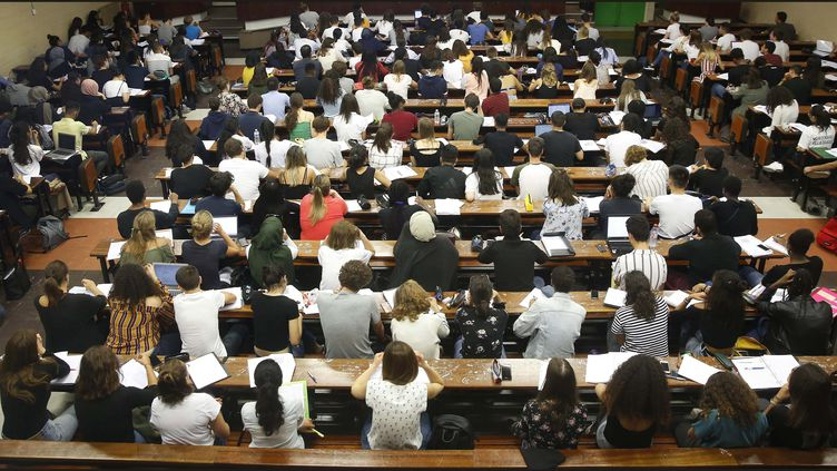 Des étudiants en première année de médecine dans l'amphithéâtre d'une faculté de médecine parisienne, le 12 septembre 2018. (MAXPPP)