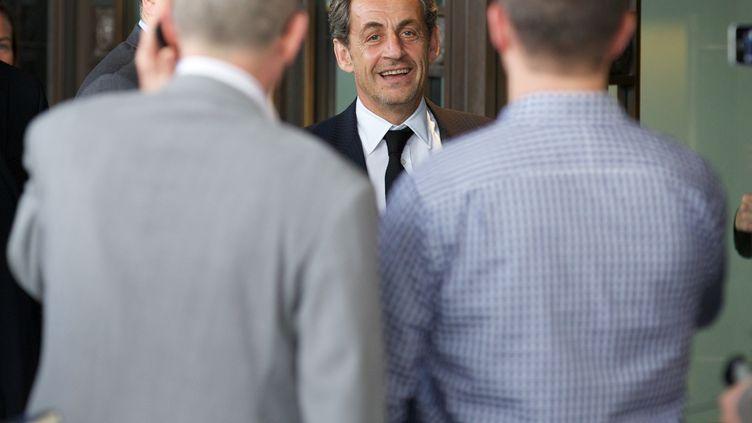L'ancien président Nicolas Sarkozy arrive à son hôtel à Londres, le 3 juin 2013. (ANDREW COWIE / AFP)