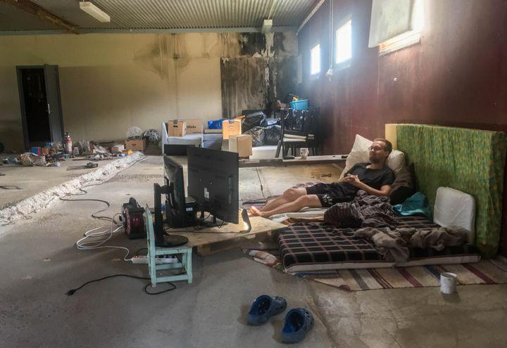 Face à la chaleur, Oloff Birk s'est aménagé une chambre dans le hangar réservé au bétail de sa maisonà Färila, le 25 juillet 2018. (ELISE LAMBERT / FRANCEINFO)