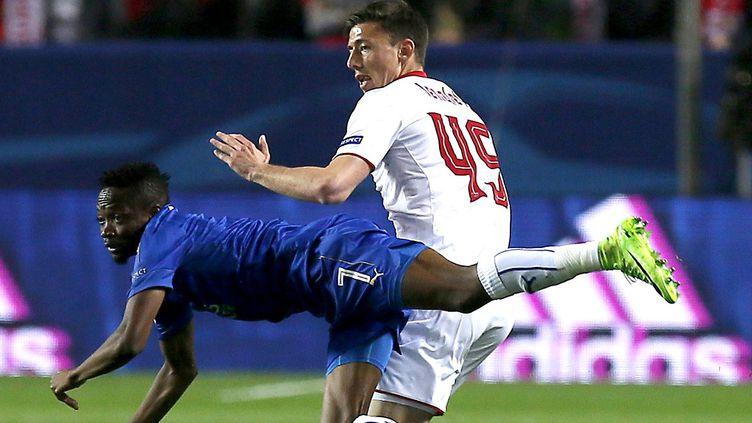 Match engagé entre Séville et Leicester, à l'image de cette action entre Lenglet et Musa (JOSE MANUEL VIDAL / EFE)