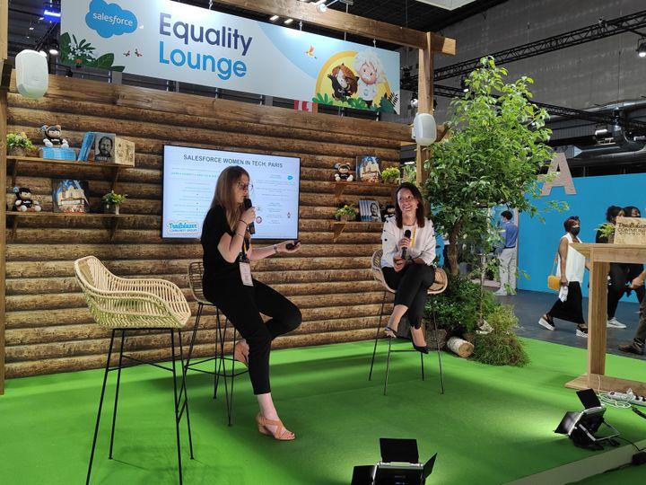 """À """"l'Equality Lounge"""", des conférences sont organisées autour du manque d'égalité dans la tech. (Faustine Mazereeuw)"""