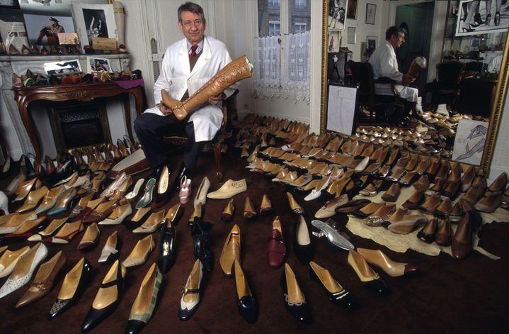 Le bottier Raymond Massaro dans son atelier parisien, décembre 1995  (GettyImages)