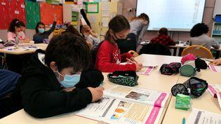 Des élèves en classe dans une école élémentaire de Perpignan (Pyrénées-Orientales), le 2 novembre 2020. (MAXPPP)