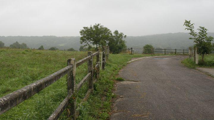 La route menant à la propriété de Rifaat Al-Assad, à Bessancourt, dans le Val-d'Oise, le 13 septembre 2013. (FRANCETV INFO)