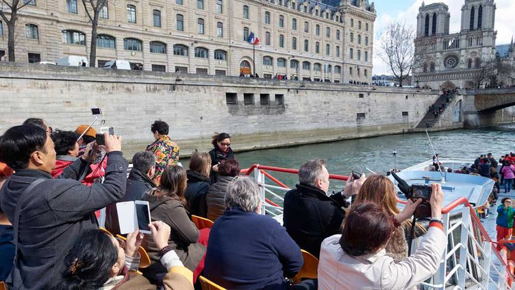 (Balade touristique en bateau-mouche sur la Seine en mars 2016 © MaxPPP)