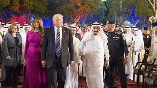 Le président des Etats-Unis, Donald Trump, son épouse, Mélania Trump et le roi d'Arabie saoudite,Salmane ben Abdelaziz Al-Saoud, le 20 mai 2017, à Riyad (Arabie saoudite). (BANDAR ALGALOUD / SAUDI ROYAL CO / AFP)