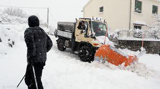 Un chasse-neige dans une ruedeCorte, en Haute-Corse, le 17 janvier 2017. (PASCAL POCHARD-CASABIANCA / AFP)