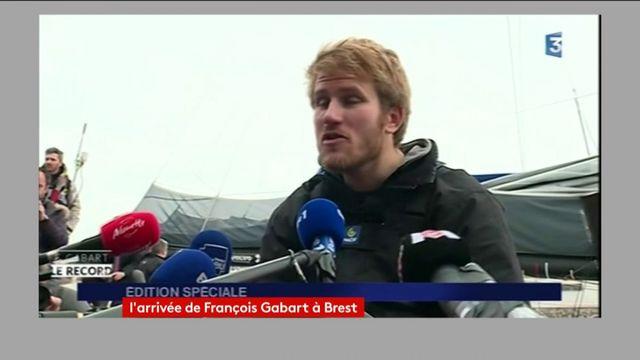 """""""Je m'attendais pas à ça, je suis honnête"""", """"j'aurais jamais imaginé battre autant le record"""", dit François Gabart"""