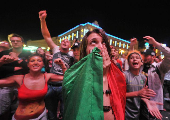 Des supporters italiens et espagnols dans la fan zone de Kiev lors de la finale de l'Euro 2012, le 1er juillet 2012. (GENYA SAVILOV / AFP)