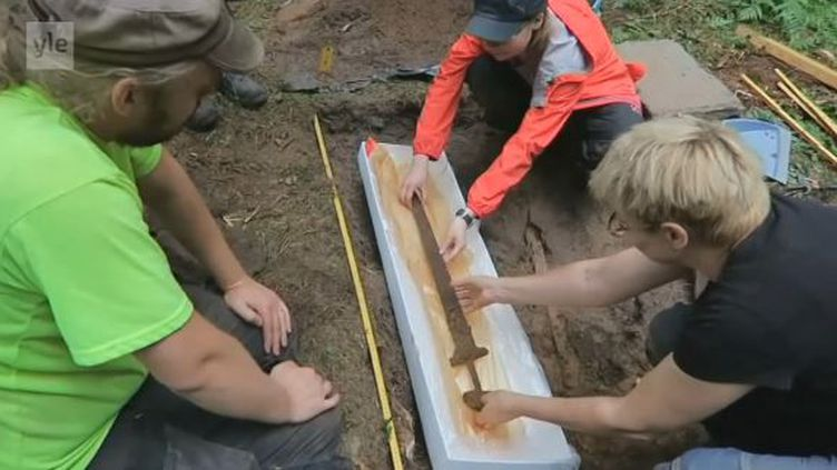 Capture d'écran du reportage de la chaîne finlandaise YLE consacré à la découverte d'une épée viking datée approximativement de l'an 1000, mardi 26 septembre 2017. (YLE.FI)