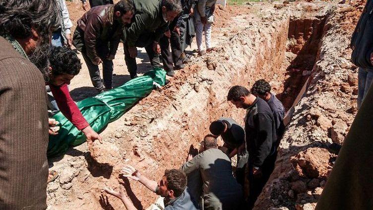 Une fosse commune, creusée le 5 avril 2017 à Khan Cheikhoun, pour enterrer les victimes du dernier bombardement à l'arme chimique par l'aviation du régime, dans la province d'Idlib. (FADI AL-HALABI / AFP)